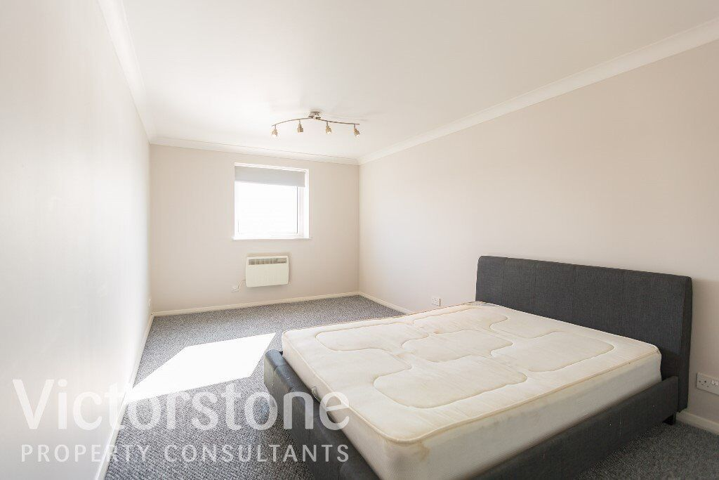 STUNNING NEWLY REFURBISHED ONE DOUBLE BEDROOM FLAT IN WAPPING LIMEHOUSE BALCONY WITH RIVER VIEWS