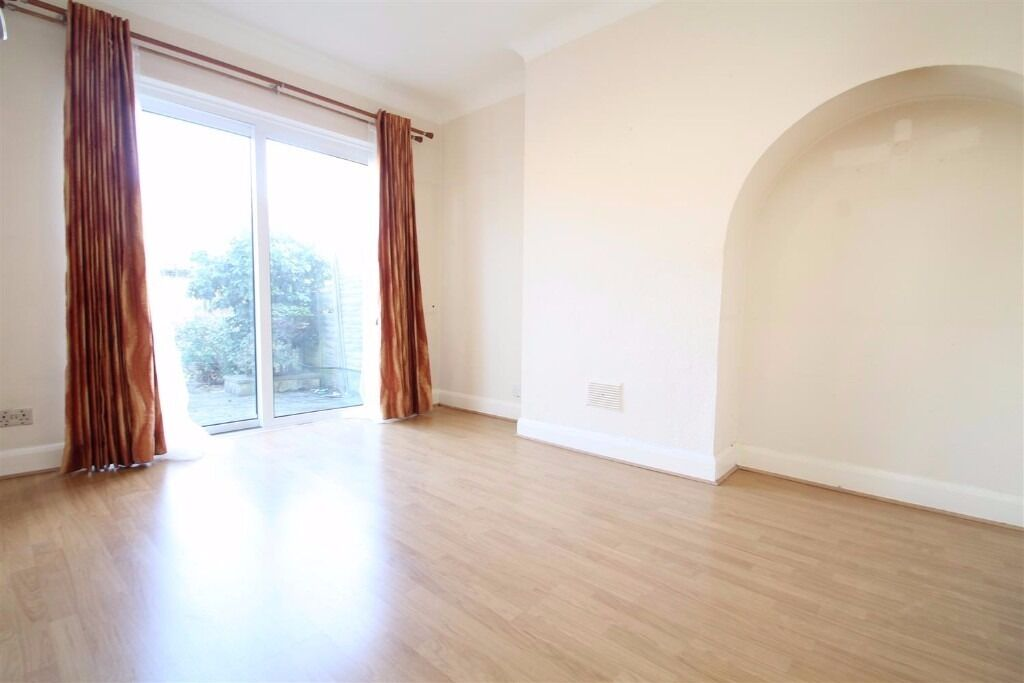 St Stephens Crescent - SPACIOUS 2 BEDROOM HOUSE WITH SHEAD, LOFT AND DRIVEWAY FOR 4 CARS !!