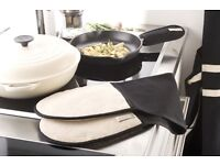 New Le Creuset Textiles Double Oven Gloves, Black. Check my other Le Creuset items!