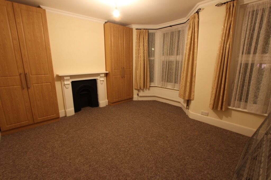 LEYTON 2 bed house with Garden, Ideal for professional tenants, train, shops, amenities, gym, parks