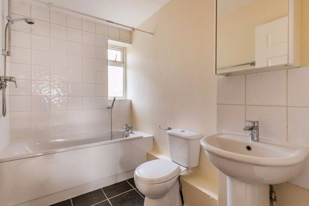 Available 4 bed high standard home in a quiet residential area,near Wimbledon Chase sw20!!