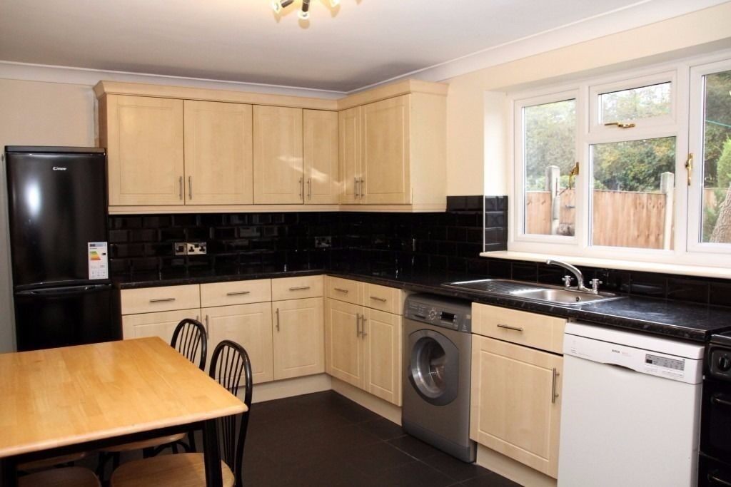 spacious splendid semi detached newly refurbished fully furnished 3 bedroom house in Romford.