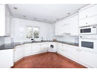 A spacious three bedroom apartment available to rent in Kingston. P84684