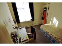 Cute ROOM in a nice Hendon Central flat above shops, 1min walk from Northern line