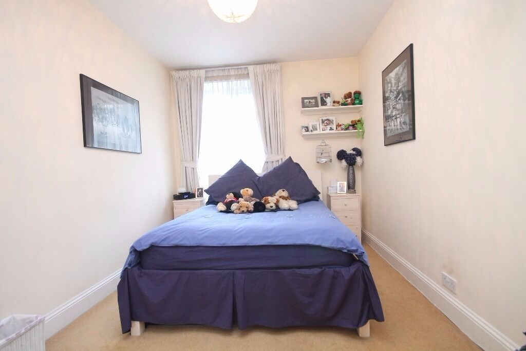 A TRULY LOVELY PROPERTY!THIS TWO DOUBLE BEDROOM FLAT IS LOCATED ON FULHAM HIGH STREET!!!