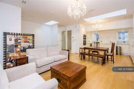 3 bedroom flat in Warwick Court, London, WC1R (3 bed) (#1175625)