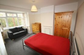 £525 per month, All Bills Included - Spacious and Clean Room for Rent in Professional House Share