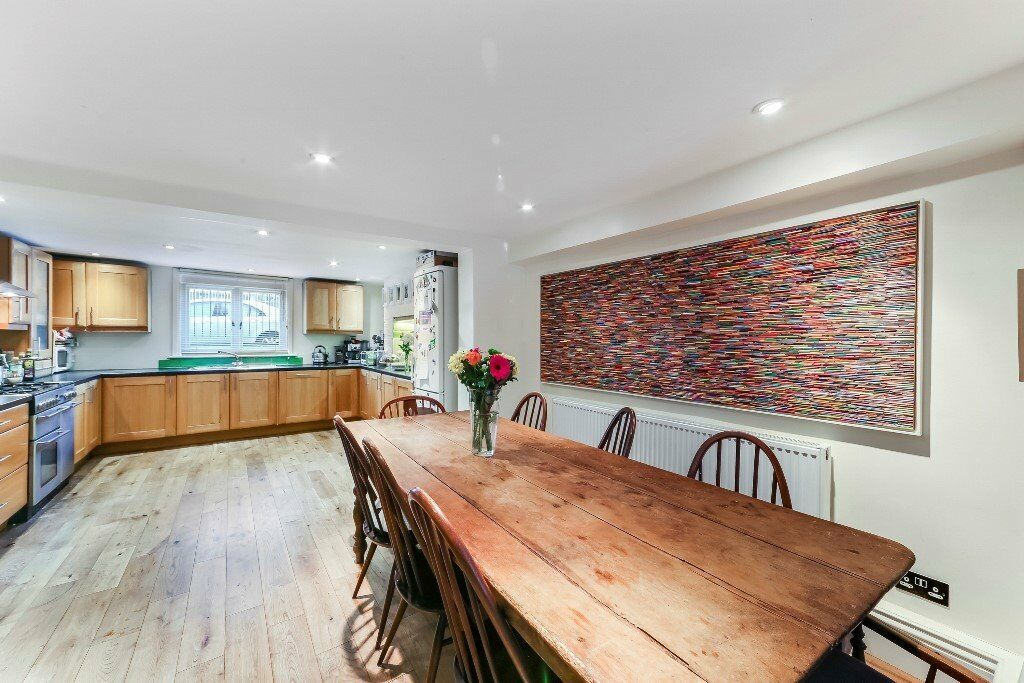 Beautifully Presented Four Double Bedroom House With A Garden Moments From Mile End Lt Ref 4873543