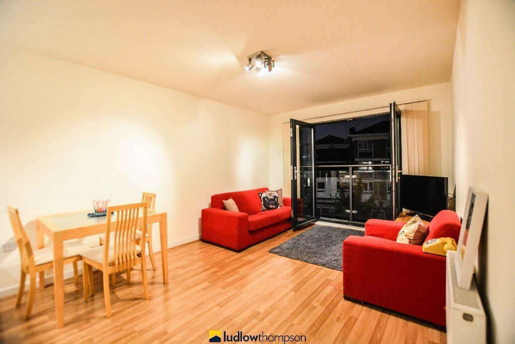 Stunning 1 bed apartmentwith Large living space, great transport links and very modern throughout