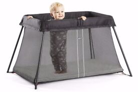 BabyBjörn Travel Cot Light in Black with Fitted Organic Cotton Sheet and fabulous Travel Bag