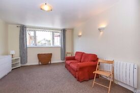 *CHARMING STUDIO FLAT* A spacious studio flat located in Farm Close, Fulham.