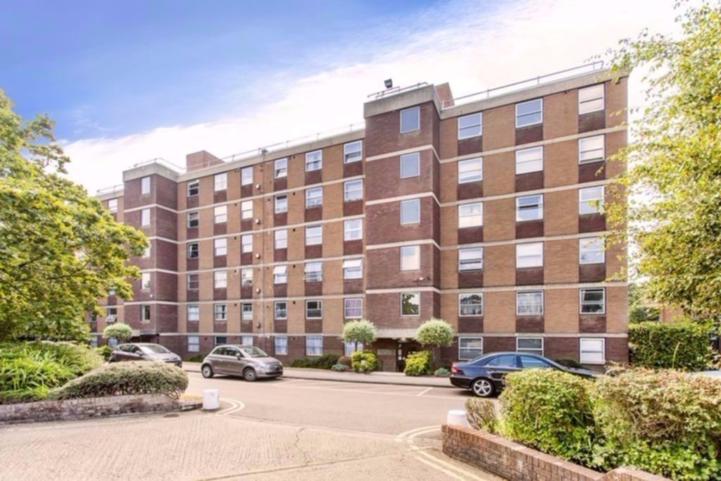 Two bedroom forth floor apartment situated close to Hendon Thameslink train station