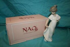 Nao Camison Con Vuelo figurine