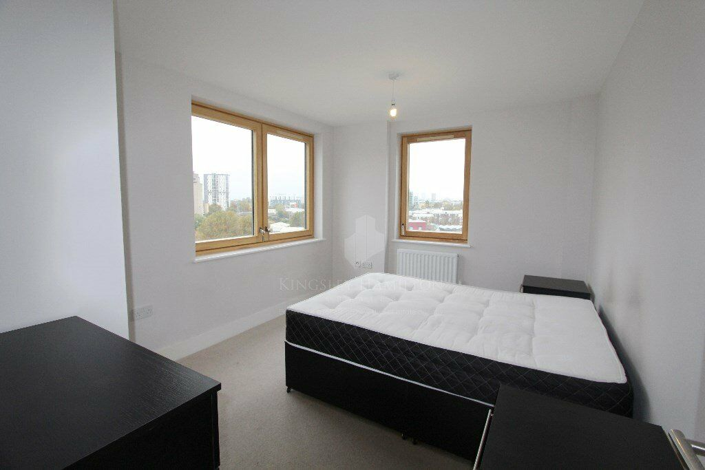 Spacious one bedroom flat. 6th floor, MINUTES from the station! Call asap. *NO REFERENCING FEES*