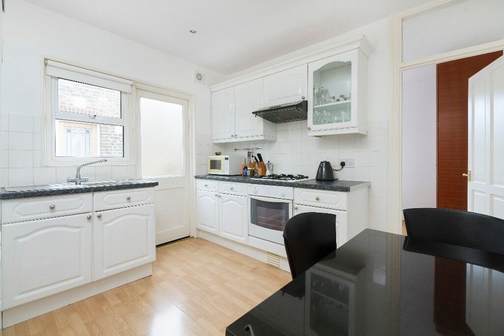 Top floor 2 double bedroom period apartment with balcony right by Kings College Hospital