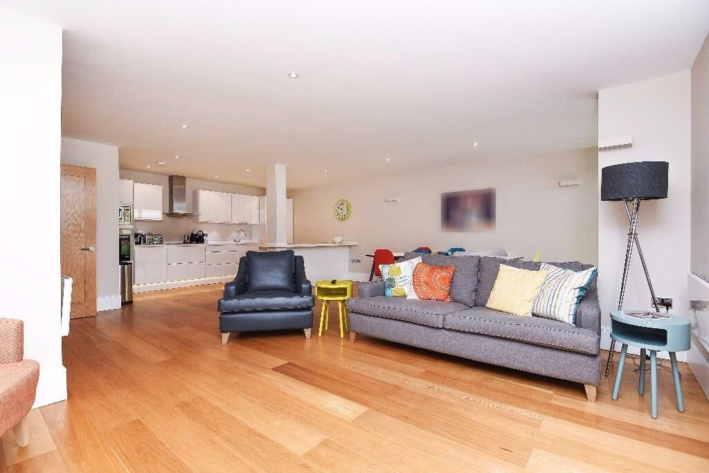 Spacious 2 bed apartment with secure entry and allocated parking. Union Road, Clapham, SW4
