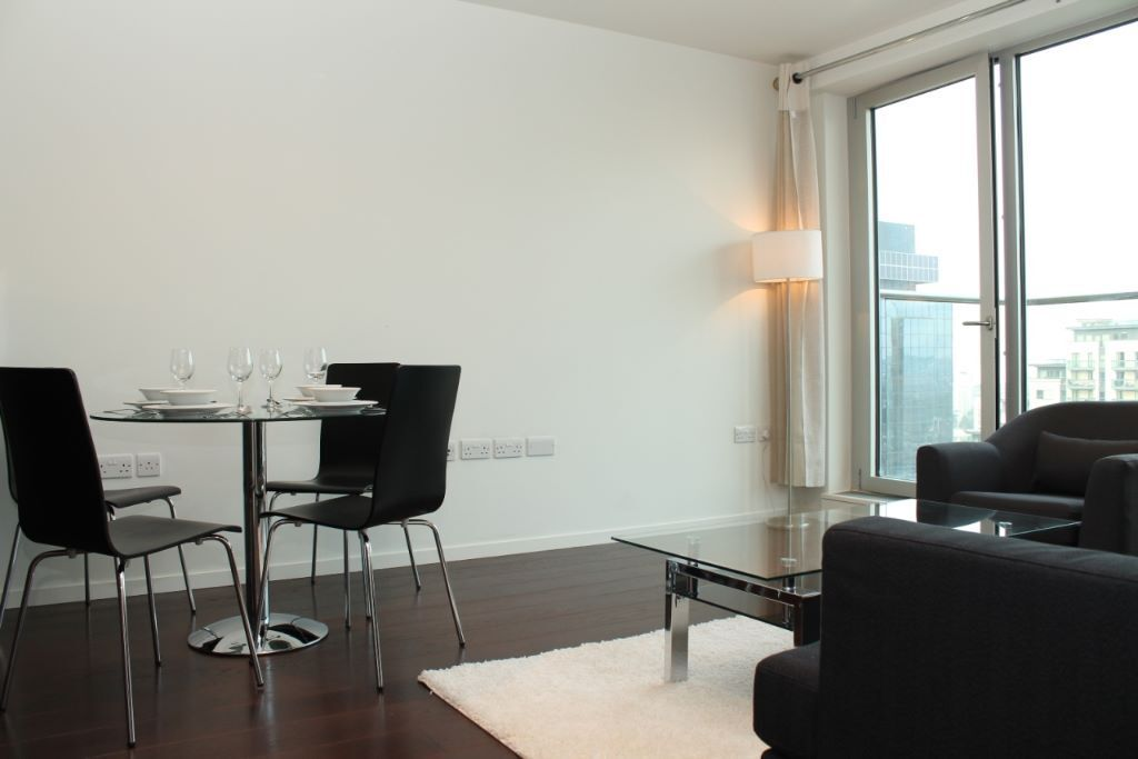 # Beautiful 2 bed 2 bath available now close to Canary wharf - call now!!