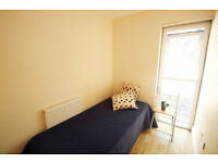 Double room available in a lovely house in Archway!78a