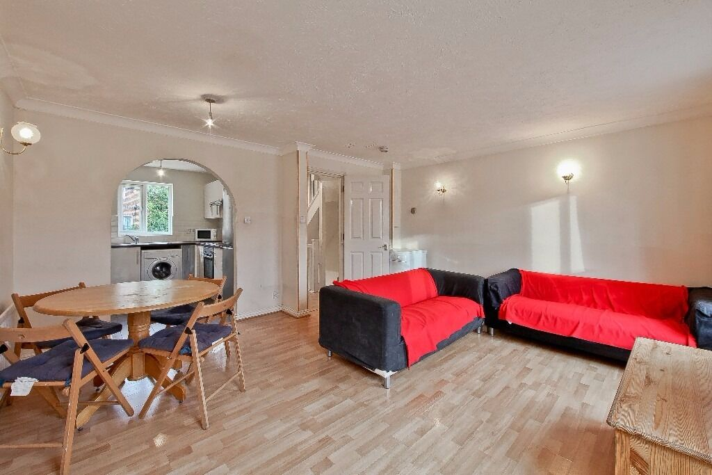 STUDENT DISCOUNT APPLIES - AVAILABLE SEPTEMBER 4 BED 3 BATH TOWNHOUSE NEXT TO MUDCHUTE DLR STATION