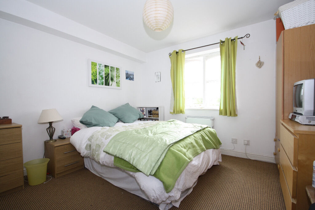 Stunning two bedroom second floor apartment with two bathrooms located close to Woolwich Dockyard