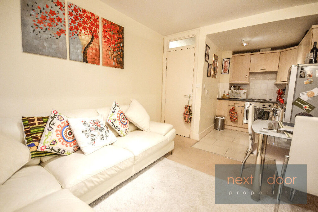 **BEAUTIFUL ONE BEDROOM APARTMENT SECONDS AWAY FROM LAMBETH NORTH TUBE AND SHORT WALK TO WATERLOO**