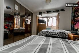 Double room with private shower & toilet.Central Line. 2 Weeks Deposit.Garden, Living Room. All incl