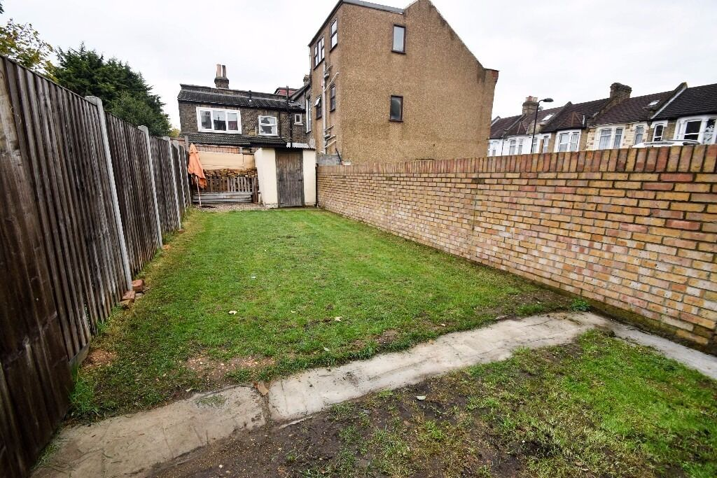 BRAND NEW 2 Double Bed GARDEN Flat In LEYTON - 30 Secs From CENTRAL LINE!