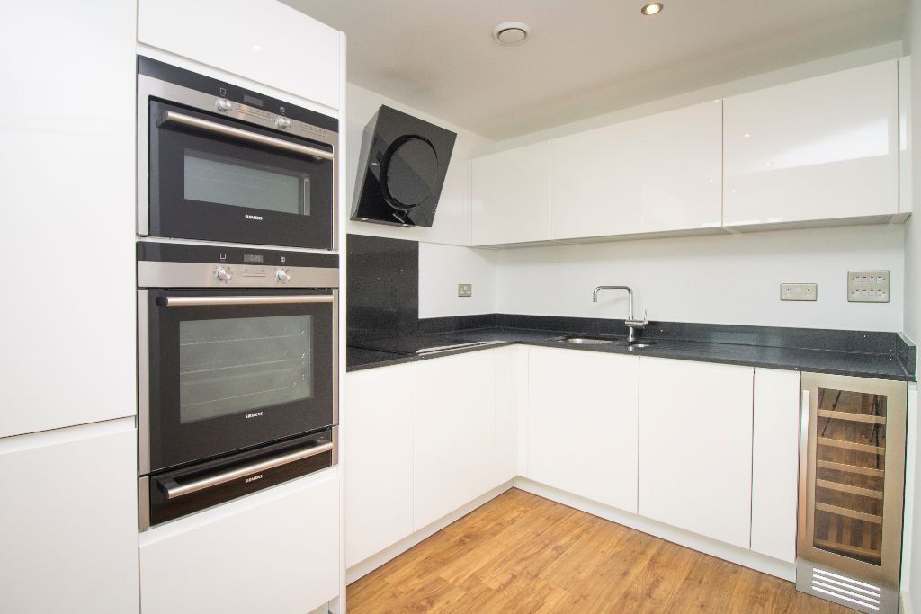 @ STUNNING TWO BEDROOM 17TH FLOOR APARTMENT IN HEART OF CITY - CONCIERGE - SECONDS FROM STATION!!