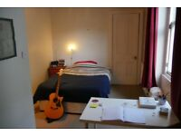 Double room to rent in great 3 bed flat in Bonnington, Leith, from January for £293pcm