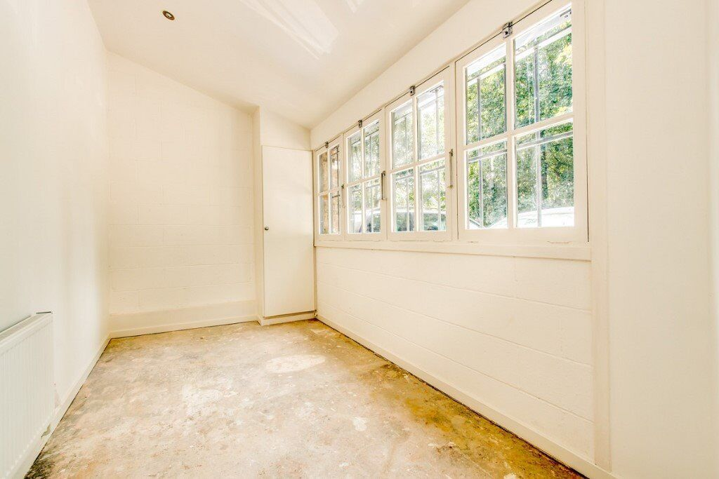 OLD KENT ROAD - A MASSIVE 2 BEDROOM APARTMENT - FULLY REFURBISHED - AVAILABLE NOW!