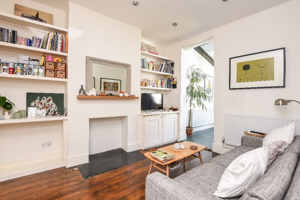 An Elegant Theree Double Bedroom Period Conversion House With Garden, London SW17, £2200 Per Month