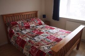 Double sized room for weekday let in Wotton-Under-Edge. Handy for M5 and beautiful Cotswolds.