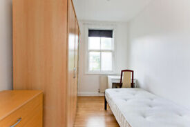 SPACIOUE SINGLE ROOM AVILABLE FOR RENT IN ZONE 1/2 MINUTES AWAY FROM ALDGATE TUB STATION E1 1JP