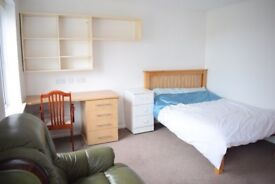 5 Bedroom House in Bangor ALL ENSUITE- for individuals & groups - Fully furnished +garden +car park