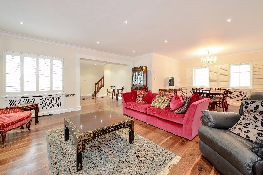 *STUNNING MEWS HOUSE* A beautifully refurbished 4 bedroom house located in Hollywood Mews, Chelsea.