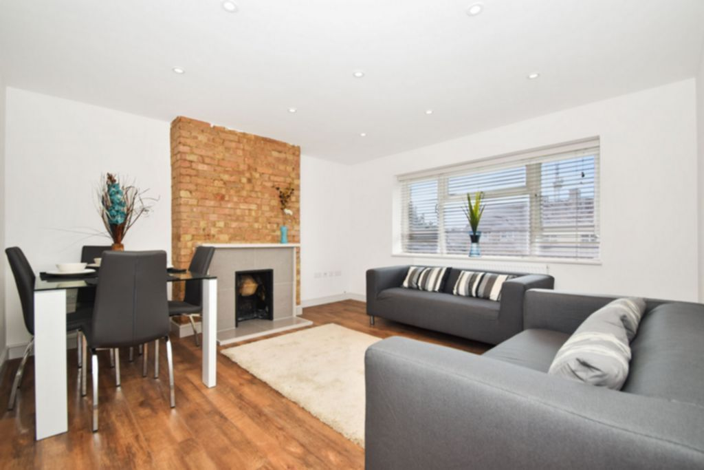3 bedroom flat in Edgecot Grove, London, N15