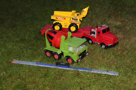 3 large trucks, incl. motorised Tonka tipper truck, a cement mixer and a flat-bed truck