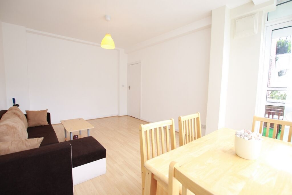 1 bedroom flat in Chepstow Court, Chepstow Crescent, Notting Hill Gate, W11