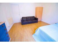 Ensuite Room, Living Room, 2 Bathrooms, Zone 1, Next to station, All Bills included *MUST SEE*