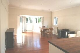 Spacious modern 3 double bedroom/ 2 bathroom flat in period house, 8 mins walk to Wimbledon stn