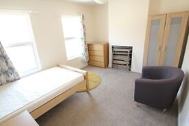 TWO ROOMS TO RENT IN HOUSE SHARE