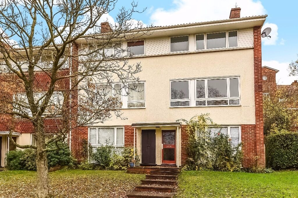Rouse Gardens - Three bedroom maisonette to rent located in an enviable position on a private road.
