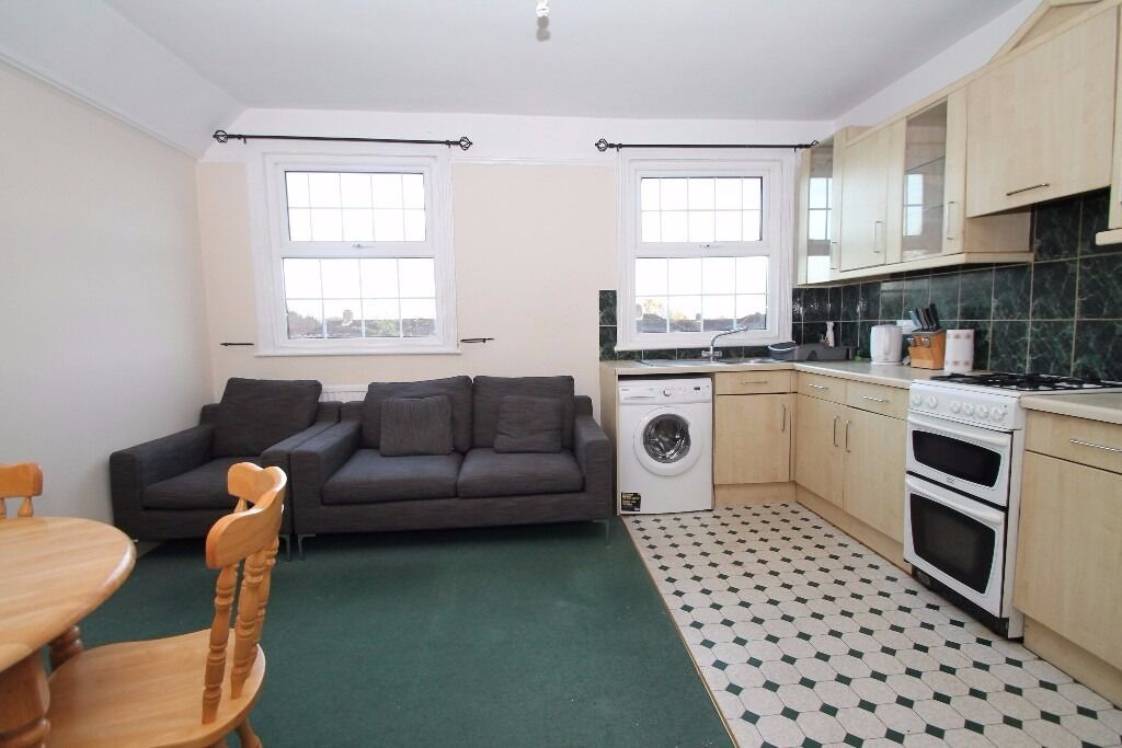A two double bedroom 1st floor flat close to Palmers Green & Winchmore Hill's shopping and transport