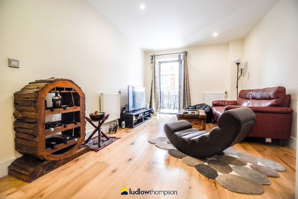 Stunning, well finished two bedroom two bathroom in E16. Modern Throughout
