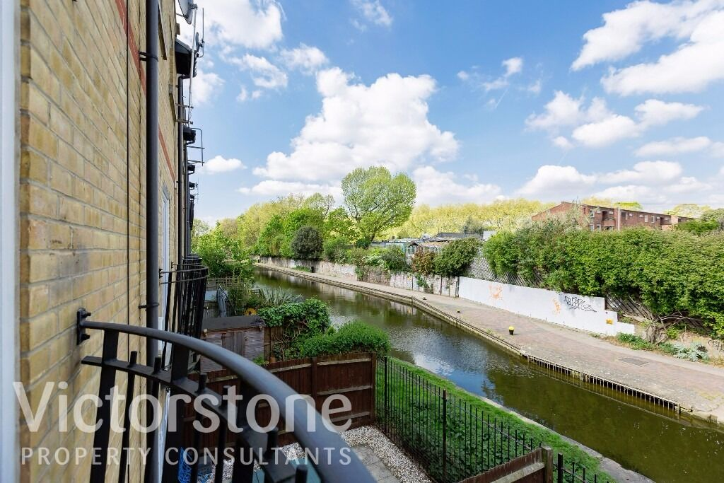 STUNNING CANAL-SIDE, 3 DOUBLE BEDROOM, 2 BATHROOM TOWNHOUSE WITH PARKING - NEXT TO VICTORIA PARK!