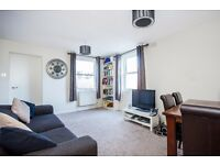 Elms Crescent, SW4 - A fantastic two double bedroom apartment on the popular Elms Crescent