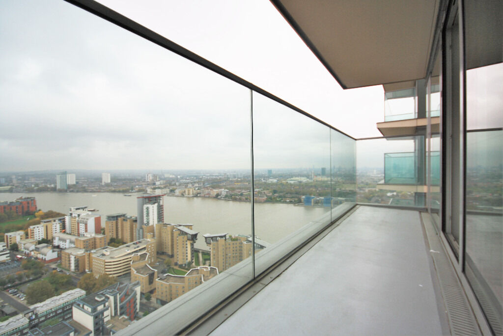 Stunning 30th floor 2-bed flat in the iconic Landmark East Tower overlooking Canary Wharf
