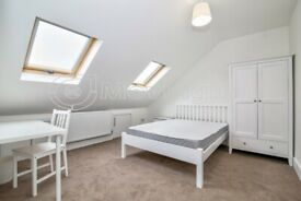 Luxurious double room with an en-suite bathroom to rent in Waddon. VIRTUAL VIEWINGS AVAILABLE.
