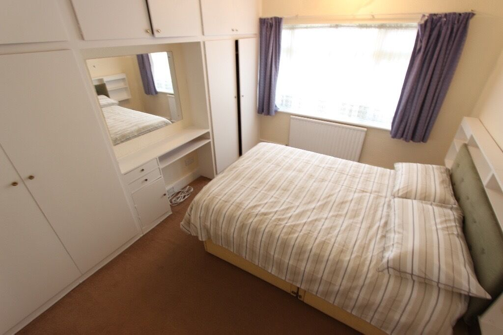 LOVELY ROOM. Suit a professional / student. LOCAL TO ALL SHOPS & AMENITIES. AL10. UNI, Business Park