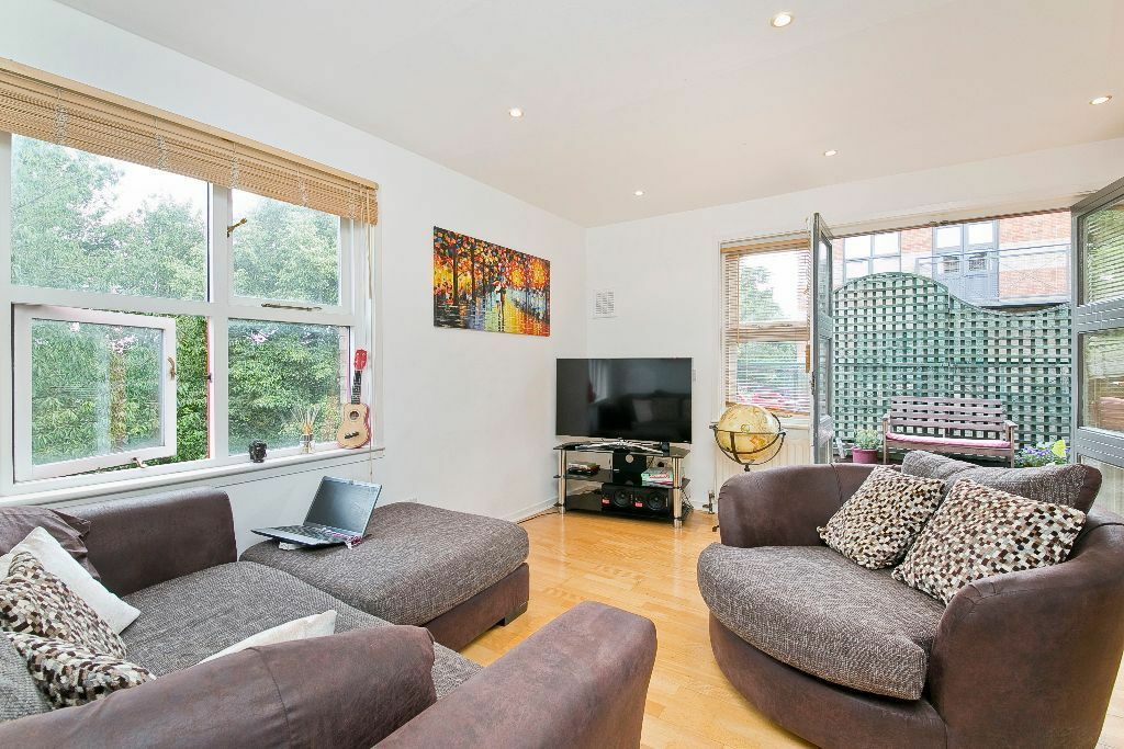 TWO DOUBLE BEDROOM- WOODEN FLOORS- DECKED TERRACE- LIFT- SECURE GATED PARKING -CLOSE TO TUBE